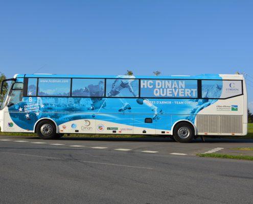 marquage d'un bus en total covering pour le club de Quévert